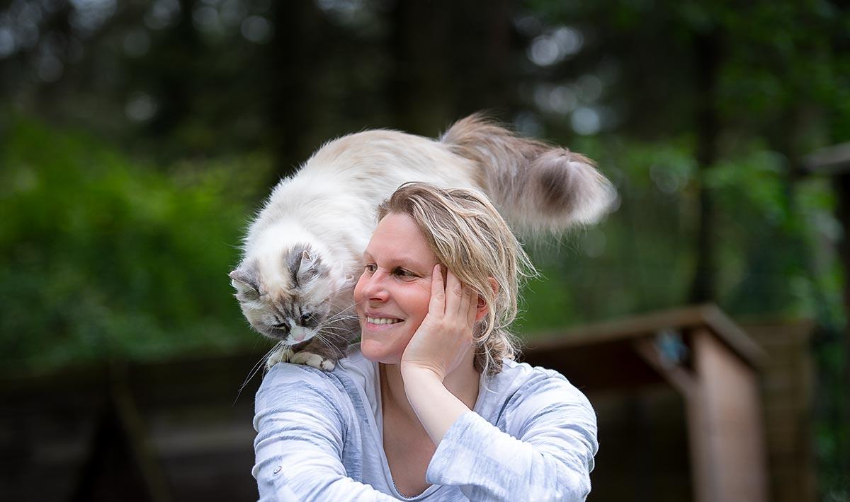 Tierphysiotherapeutin Nina Groth mit Katze auf der Schulter