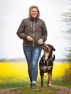 Tierphysiotherapie Nina Groth, Frauchen mit Hund bei Spazieren gehen